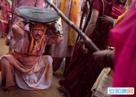 奇葩节日:印度打男人节的由来 棒打男人节不还手